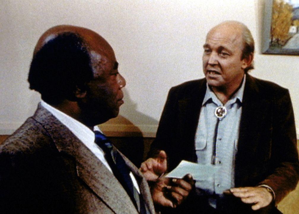 Dr. Hudsbeth (Roscoe Lee Browne, l.) erhält von seinen Freunden ein großzügiges Geschenk. - Bildquelle: Worldvision Enterprises, Inc.