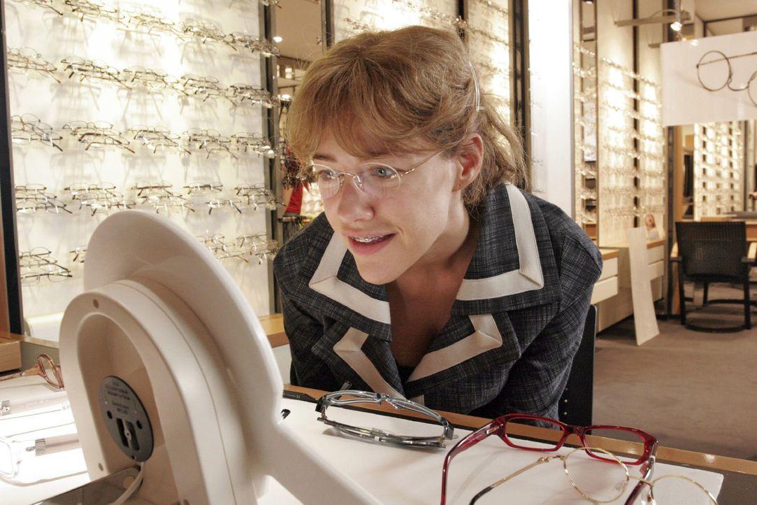 Lisa (Alexandra Neldel) hat sich beim Optiker eine neue Brille ausgesucht und lächelt sich im Spiegel an. (Dieses Foto von Alexandra Neldel darf nur... - Bildquelle: Noreen Flynn Sat.1
