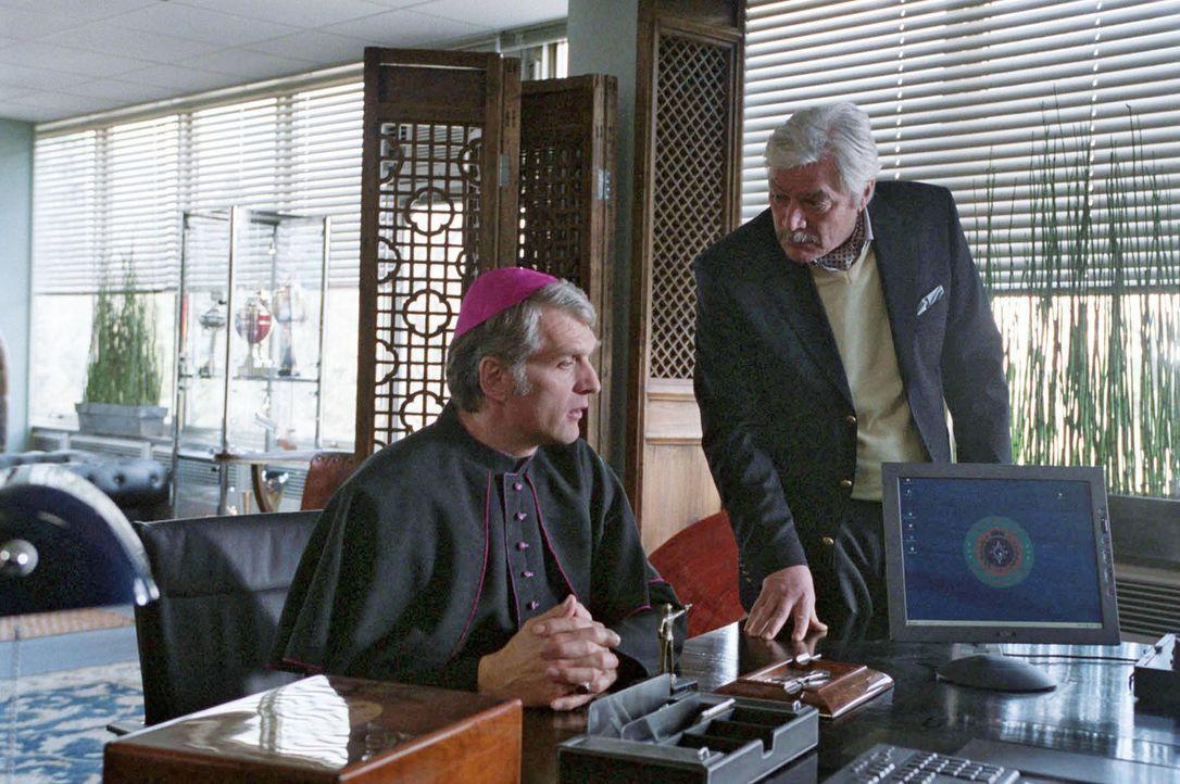Der Konsul Miguel Gonzales (Juraj Kukura, r.), dem Dr. Omari das Amulett zu treuen Händen überreicht hat, unterschlägt den Fund und behauptet, diese... - Bildquelle: Jacqueline Krause-Burberg Sat.1