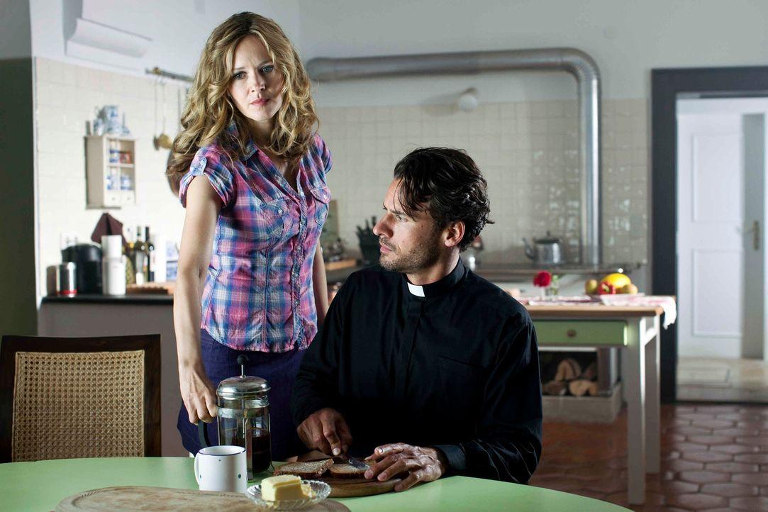 Noch ahnt  der junge Priester Gabriel (Stephan Luca, r.) nicht, dass seine neue Haushälterin im Dorf einen ziemlich schlechten Ruf hat. Denn Maria (... - Bildquelle: Oliver Vaccaro SAT.1