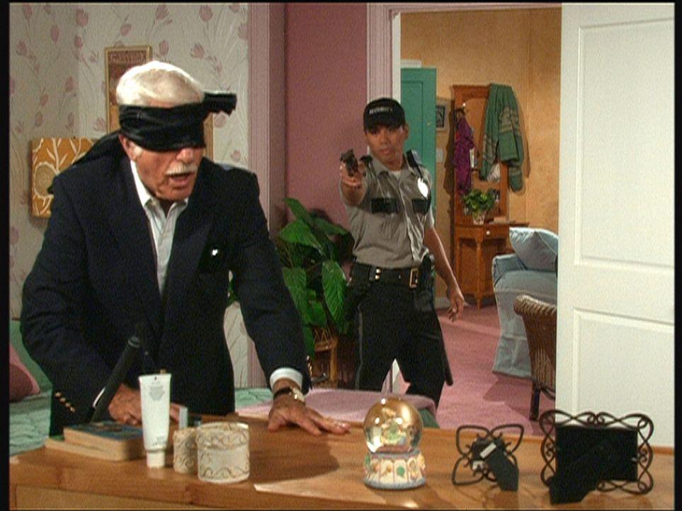 """Mark Sloan (Dick Van Dyke, l.) wird von einem Wachmann dabei ertappt, wie er als """"Blinder"""" versucht, das Alibi einer Mörderin zu erschüttern. - Bildquelle: Viacom"""