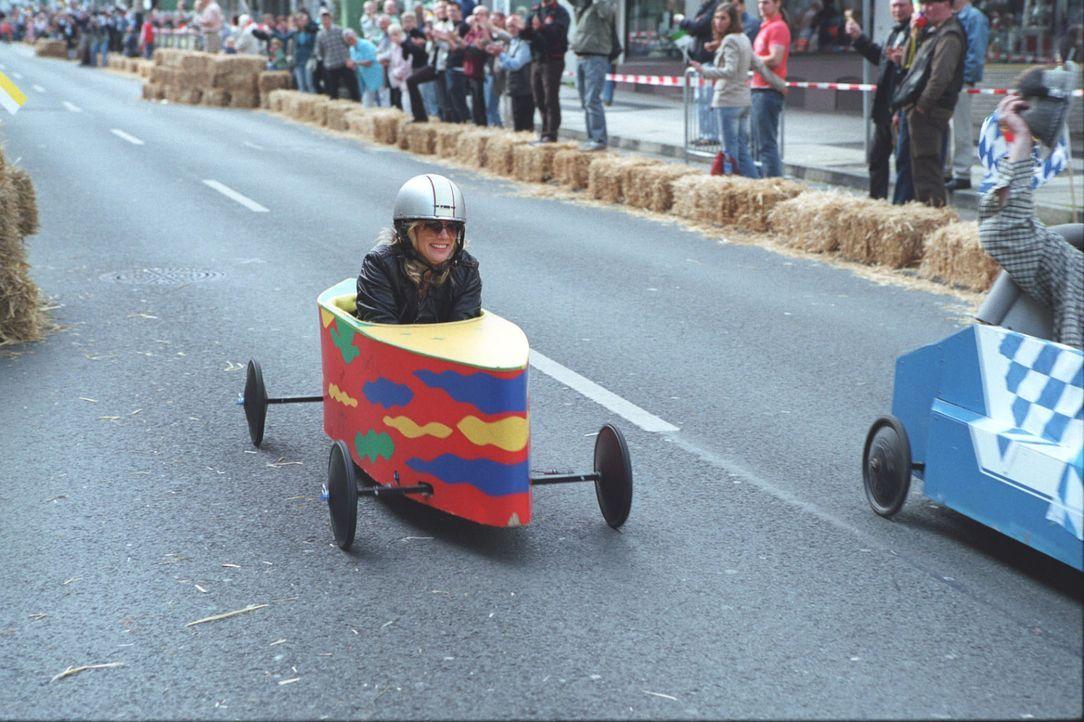 Unter den Anfeuerungsrufen ihrer Freunde startet Therese (Ann-Kathrin Kramer) im traditionellen Wuppertaler Seifenkistenrennen ... - Bildquelle: Astrid Wirth Sat.1
