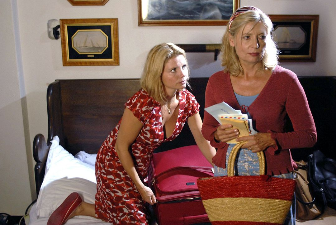Während Lissy (Annette Frier, l.) entschlossen ist, Italien zu verlassen, ist ihre Mutter Clara (Sabine Postel, r.) angereist, um das Grab Claudios... - Bildquelle: Hardy Brackmann Sat.1