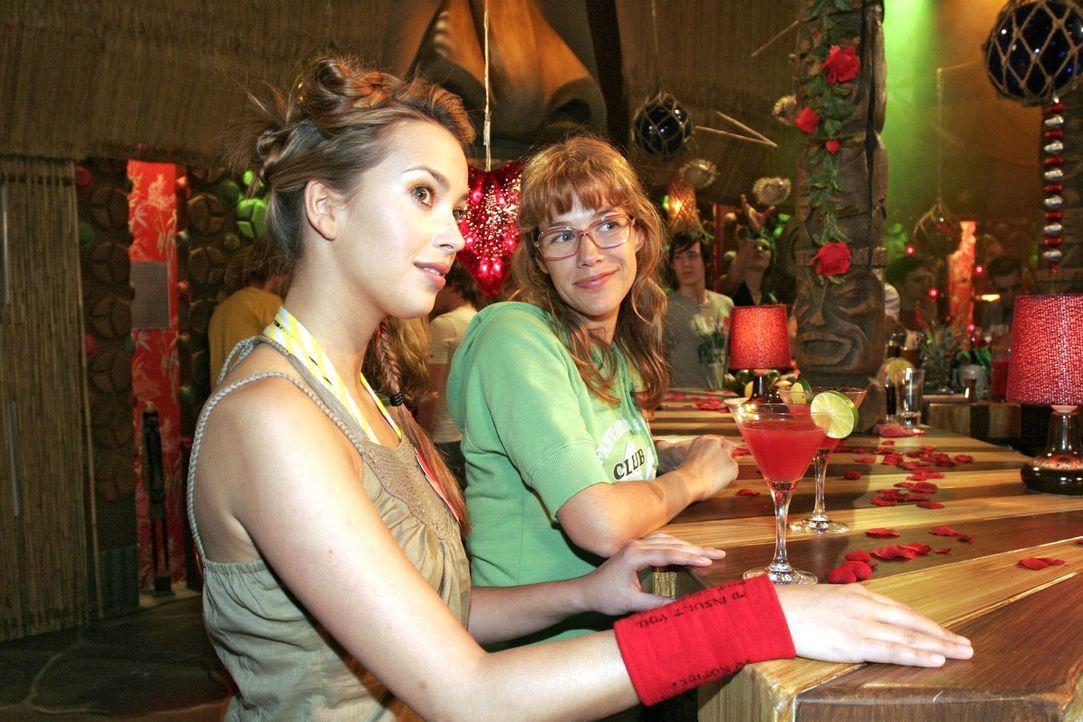 Hannah (Laura Osswald, l.) und Lisa (Alexandra Neldel, r.) versuchen auf einer Single-Party gegen ihren Liebeskummer anzukämpfen. (Dieses Foto von A... - Bildquelle: Noreen Flynn Sat.1