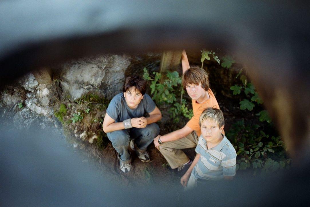 """Stevie (Tamino-Turgay zum Felde, l.), Jan (David Bode, M.) und Basti (Kevin Köppe, r.) begeben sich auf die Suche nach dem """"Schatz der weißen Falken... - Bildquelle: Tom Trambow Little Shark Entertainment GmbH"""