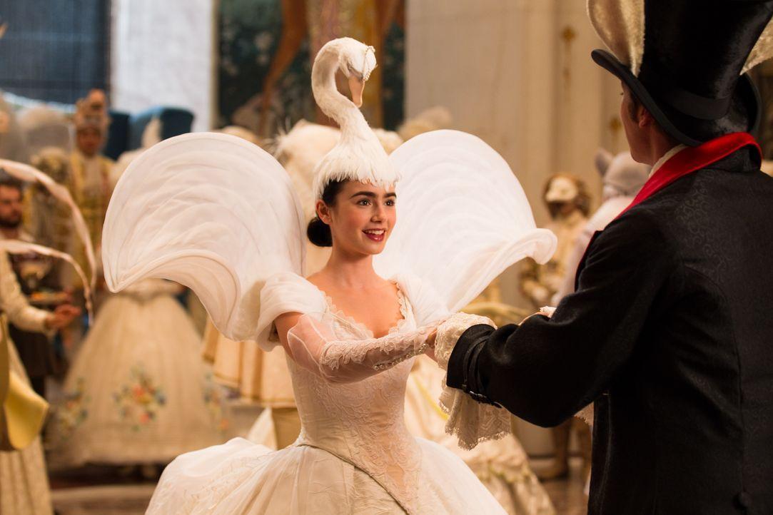 Schneewitchen (Lily Collins, l.) hat ihren Traumprinzen gefunden: Prince Andrew Alcott (Armie Hammer, r.) ... - Bildquelle: Jan Thijs STUDIOCANAL / Jan Thijs
