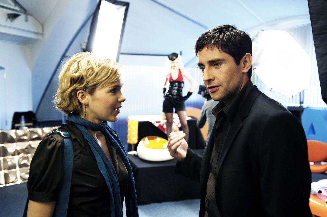Nik (Oliver Bootz, r.) zeigt Vic (Anna Kubin, l.) das Fotostudio der Redaktion … - Bildquelle: Gordon Mühle ProSieben