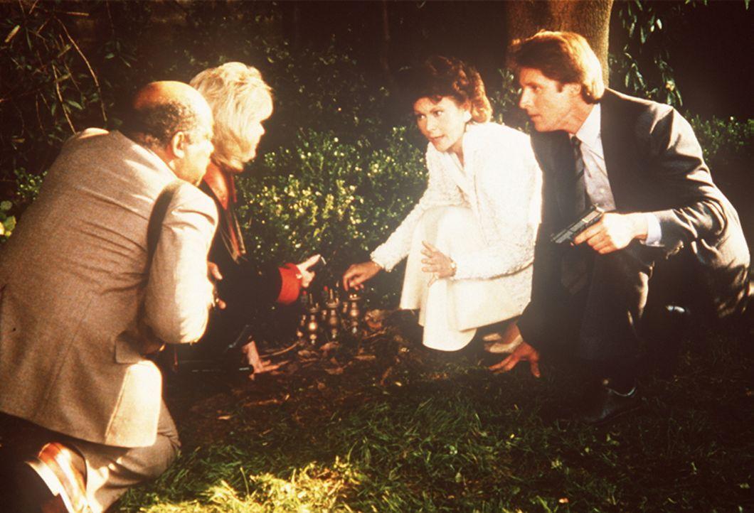 Amanda (Kate Jackson, 2.v.r.) weiß als einzige, wie man den entführten Staatschef retten kann. Sie erklärt Lee (Bruce Boxleitner, r.), Francine (Mar...