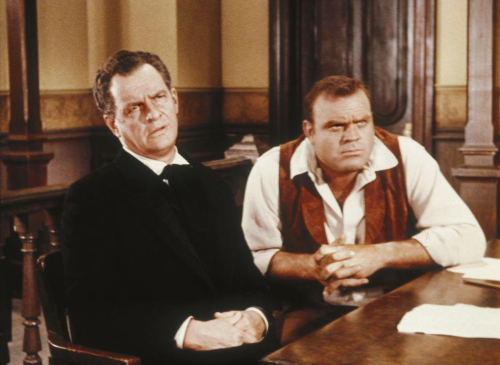 Als Hoss (Dan Blocker, r.) des Mordes angeklagt wird, will er als Verteidiger den trinkenden Anwalt Whit Parker (James Gregory, l.) haben, den seine... - Bildquelle: Paramount Pictures