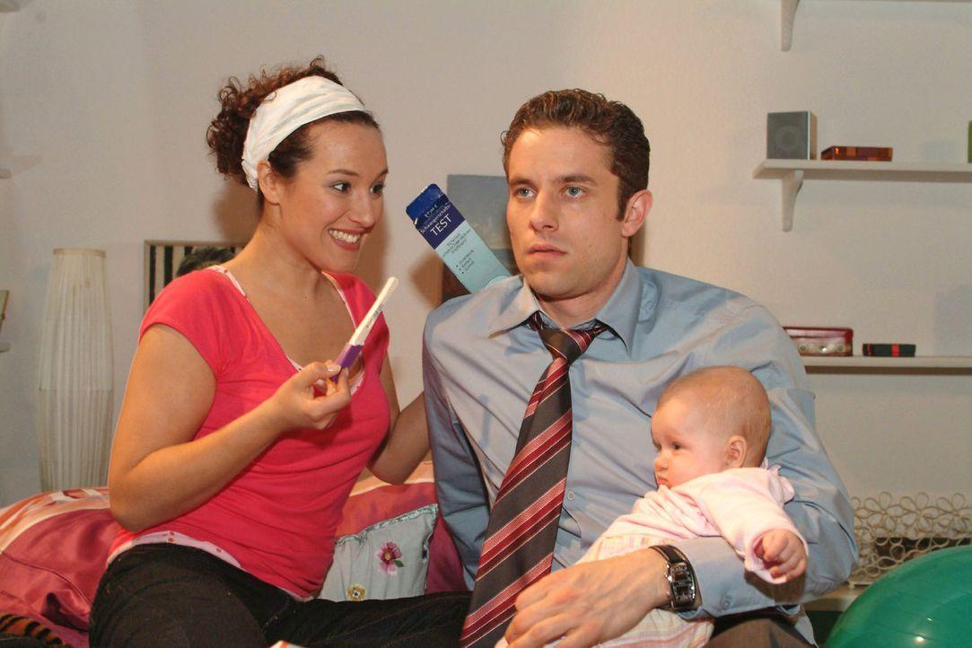 Max (Alexander Sternberg, r.) ist geschockt, als Yvonne (Bärbel Schleker, l.) ihm das Ergebnis des Schwangerschaftstests präsentiert - positiv. - Bildquelle: Monika Schürle Sat.1