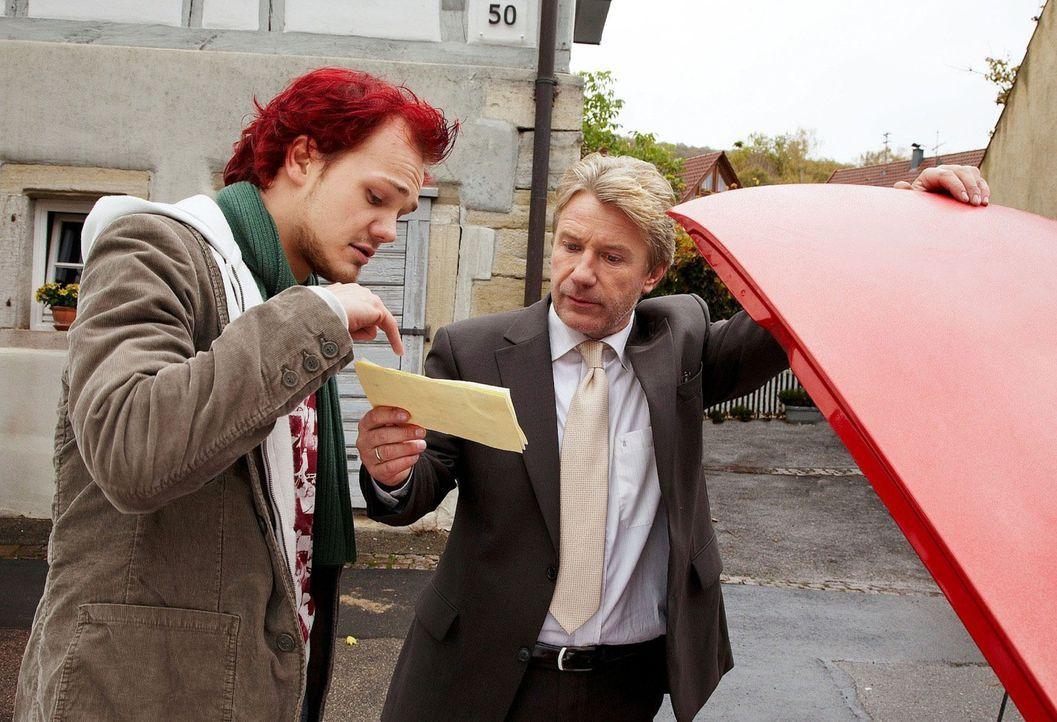 Der kontrollsüchtige Reinhard (Jörg Schüttauf, r.) lässt sich von Rafi (Matti Krause, l.), mit dem Töchterchen Lina nach Berlin fährt, das Auto vorf... - Bildquelle: Dominik Hatt Sat.1