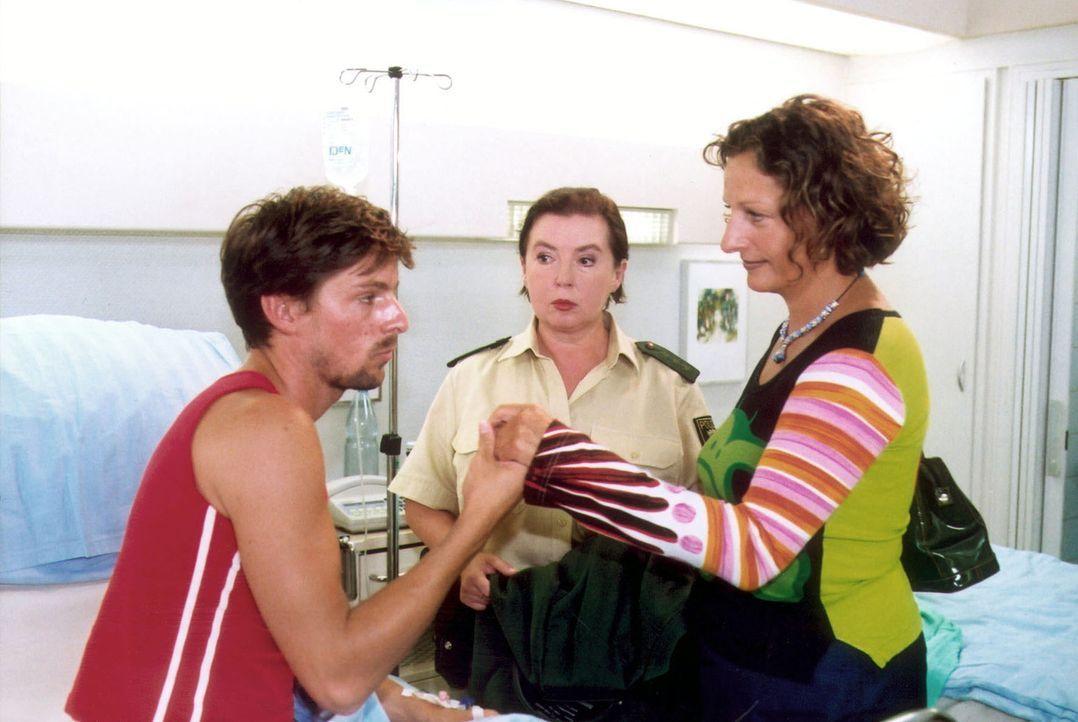 Peter Beifuß (Tim Lang, l.) wird von seiner Freundin Lilly (Katrin Klein, r.) und seiner Mutter (Simone von Zglinicki, M.) besucht. - Bildquelle: Norbert Kuhroeber Sat.1