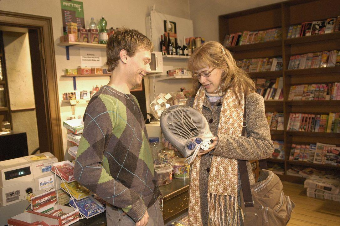 Von ihrem Jugendfreund Jürgen Decker (Oliver Bokern, l.),  der einen kleinen Kiosk besitzt, bekommt Lisa (Alexandra Neldel, r.) einen Heizlüfter für... - Bildquelle: Noreen Flynn Sat.1
