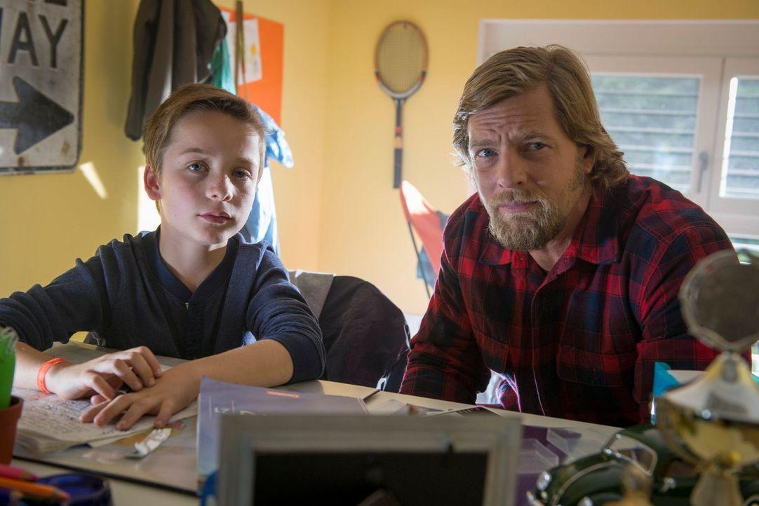 Mick (Henning Baum, r.) befürchtet schon bald, dass der kleine Lukas (Miguel Wansing Lorrio, l.) nicht nur den Mord beobachtet hat, sondern auch der... - Bildquelle: Martin Rottenkolber SAT. 1