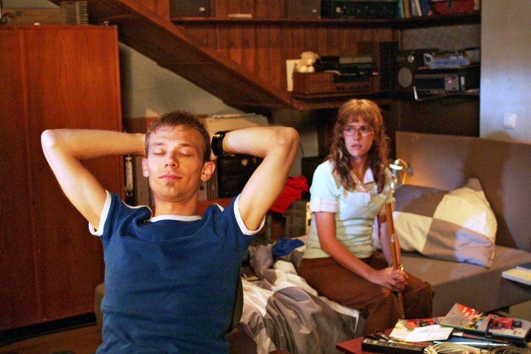 Als Lisa (Alexandra Neldel, r.) nach dem Spiel zu Jürgen (Oliver Bokern, l.) nach Hause mitkommt, ist die Stimmung zwischen ihnen immer noch gespann... - Bildquelle: Monika Schürle Sat.1