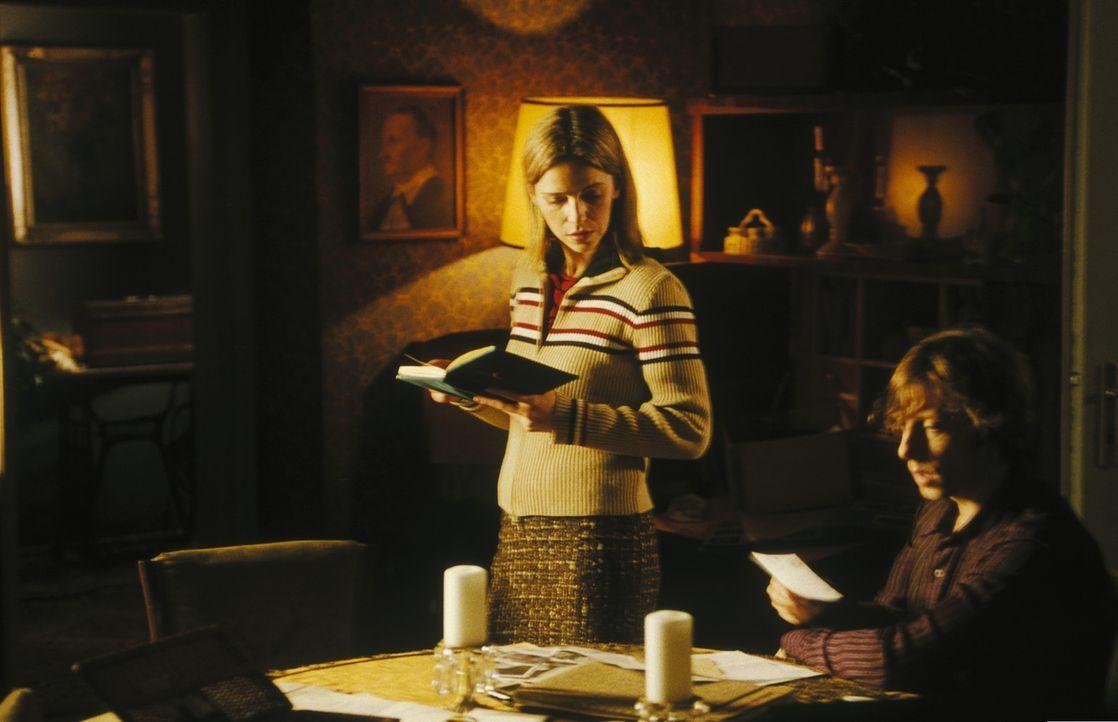 Obwohl Helena (Lucie Zednicková-Pokorná, l.) keinerlei Interesse an der Aufklärung des mysteriösen Todes ihrer Mutter zeigt, kann Lenny (Oliver Kori... - Bildquelle: Jiri Hanzl ProSieben