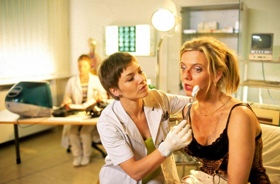 Stephanie (Claudia Schmutzler, l.) kümmert sich um die angeschlagene Frau Merz (Margarita Broich, r.). - Bildquelle: Norbert Kuhroeber Sat.1