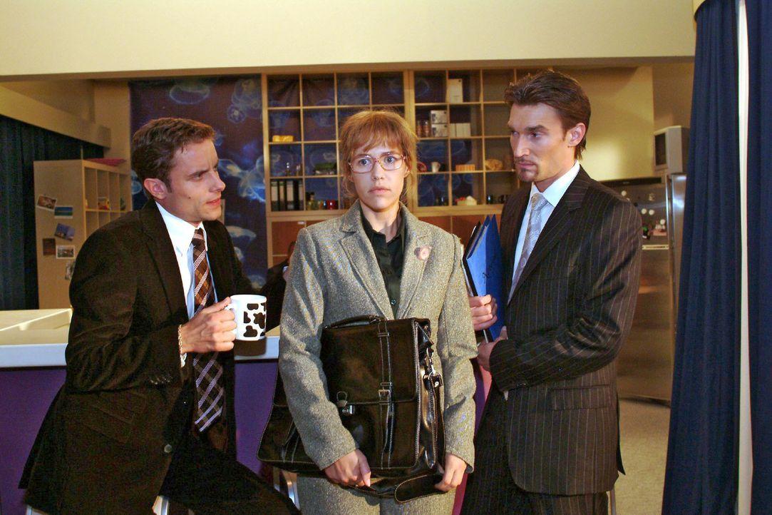 Lisa (Alexandra Neldel, M.) lässt sich von Richard (Karim Köster, r.) und Max (Alexander Sternberg, l.) überreden, eine Rede zu halten. (Dieses Foto... - Bildquelle: Monika Schürle Sat.1
