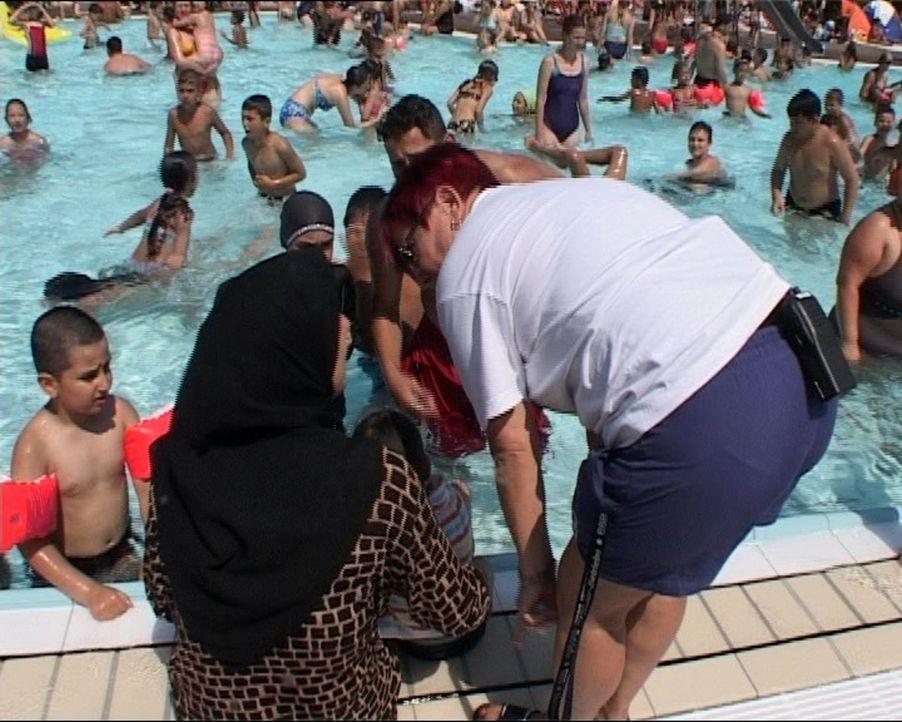 Wenn die Temperatur steigt, geht es heiß her im Berliner Columbiabad. Bis zu 6000 Gäste tummeln sich täglich im Bad, fast 80 % sind Ausländer. I... - Bildquelle: Sat.1