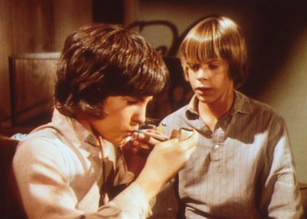 Heimlich rauchen Albert (Matthew Laborteaux, l.) und sein Freund Clay (Bill Calvert, r.) eine Pfeife im Keller. - Bildquelle: Worldvision