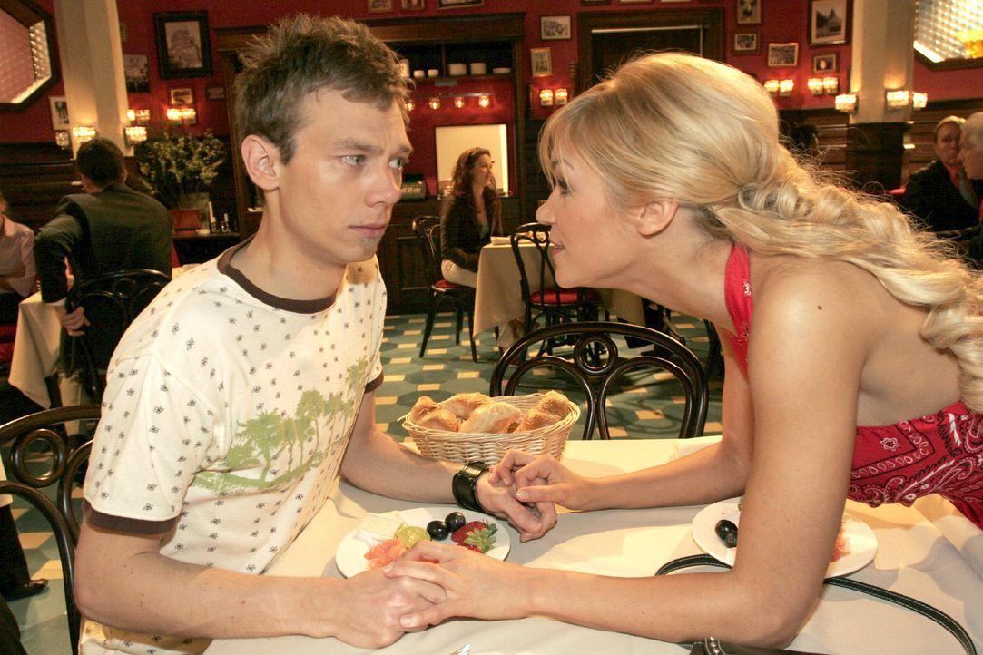Jürgen (Oliver Bokern, l.) fällt es schwer, seine gewohnte Welt aufzugeben - als er Sabrina (Nina-Friederike Gnädig, r.) von seinen Zweifeln bericht... - Bildquelle: Noreen Flynn Sat.1