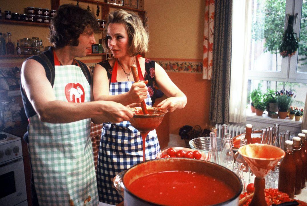 Lorenz Adler (Oliver Korittke, l.) und Amelie Schröder (Aglaia Szyszkowitz, r.) machen zusammen Ketchup. - Bildquelle: Krumwiede Sat.1