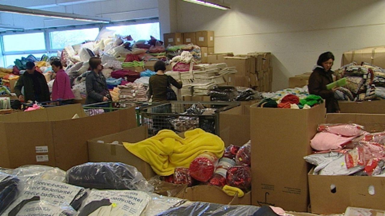 Restpostenmärkte: Hier werden die letzten Reste von Insolvenzgeschäften verramscht, oft gute Waren geht für einen Euro weg ... - Bildquelle: Sat.1