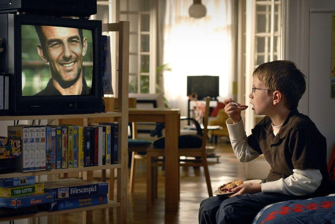 Der elfjährige Tim (Lukas Schust) glaubt in dem Wissenschaftler Eric Winter seinen totgeglaubten Vater zu erkennen... - Bildquelle: Martin Menke Sat.1