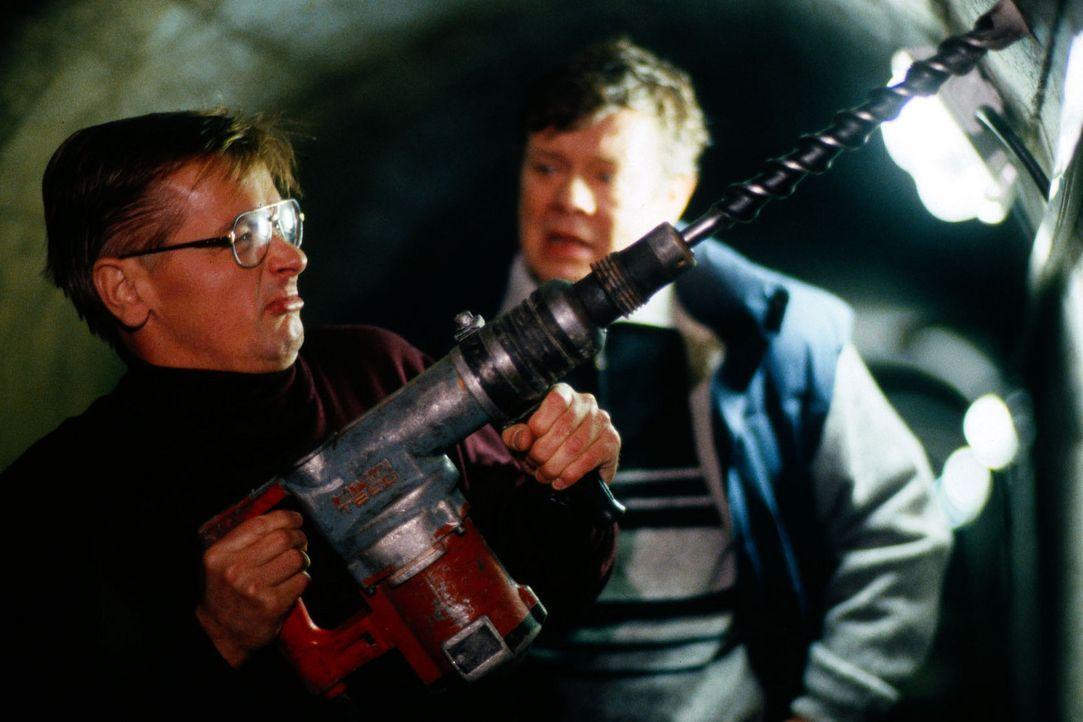 Herbert (Horst Kotterba, l.) und Jan Schorlau (Vlado Cerny, r.) wollen den Staudamm in die Luft sprengen. - Bildquelle: Jiri Hanzl Sat.1