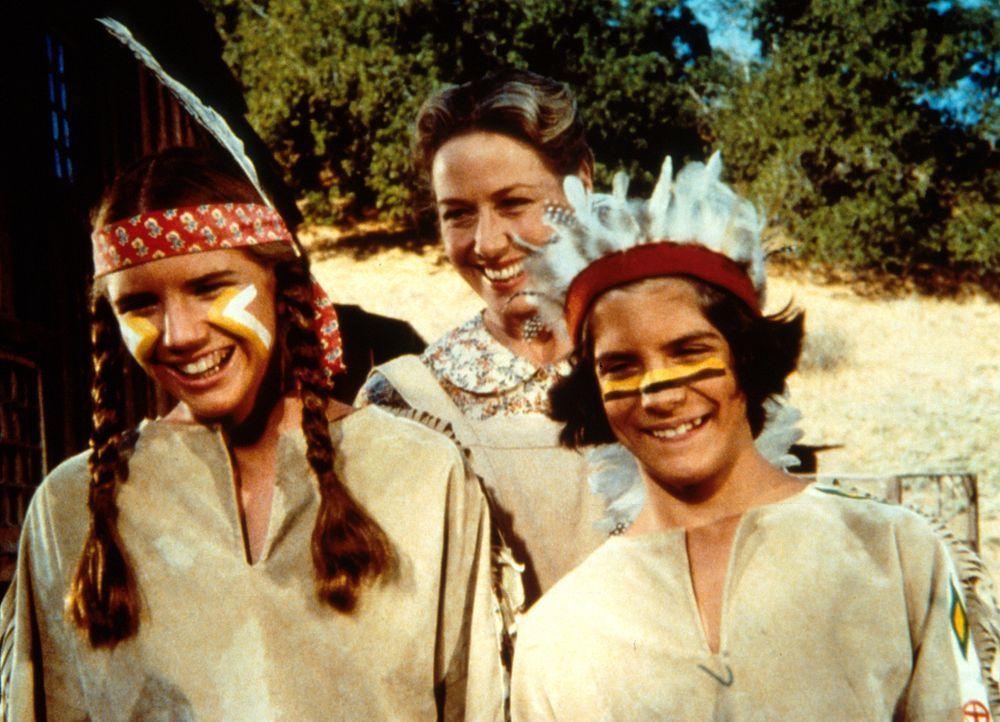 Albert Ingalls (Matthew Laborteaux, r.) und seine Schwester Laura (Melissa Gilbert, l.) stellen stolz ihrem Vater die Kostüme für den Maskenball vor... - Bildquelle: Worldvision