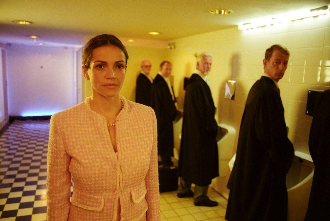 Als Sandra (Rebecca Immanuel, l.) die Männertoilette erhobenen Hauptes verlässt, staunen Vanderheiden (Luc Feit, r.) und seine Kollegen nicht schlec... - Bildquelle: Hardy Spitz Sat.1