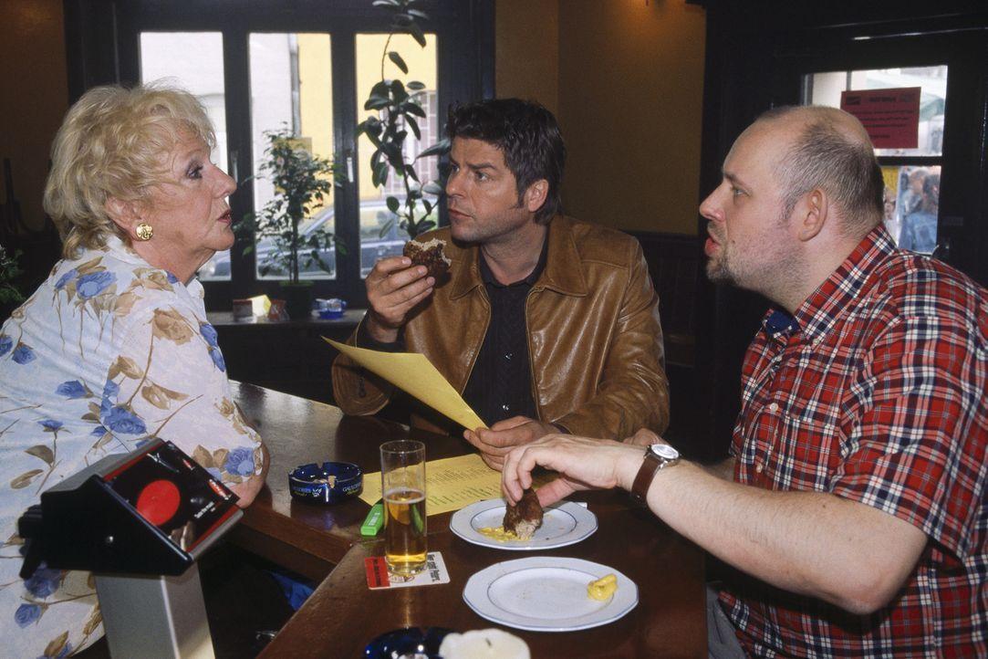 Jupp (Uwe Fellensiek, M.) organisiert zusammen mit Kalle Bommerich (Axel Häfner, r.) und Bertha Schatz (Ingrid Stein, l.) ein Klassentreffen. - Bildquelle: Münstermann Sat.1
