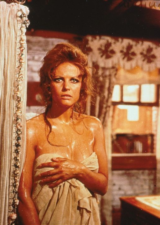 Die schöne Jill (Claudia Cardinale) wird im Bad überrascht ... - Bildquelle: TM &   2003 by Paramount Pictures Corporation. All rights reserved