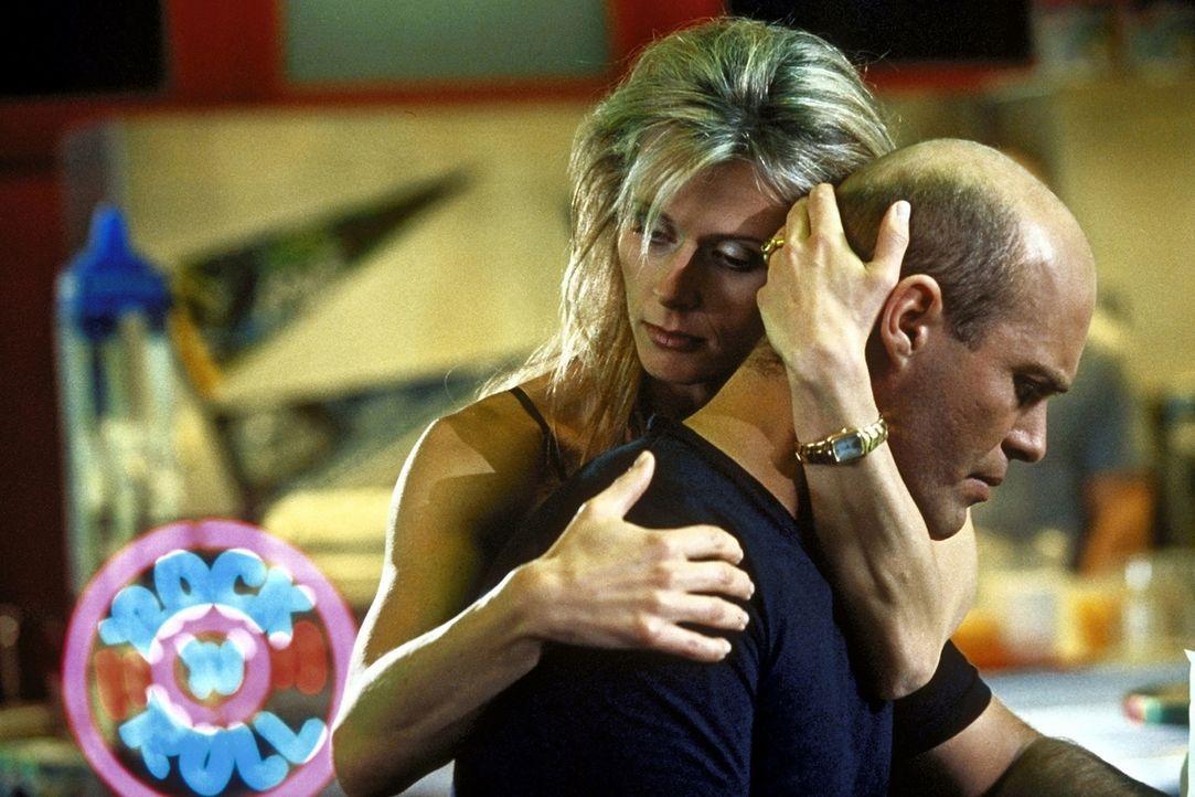 Foto: Rieger - Baut auf eine gemeinsame Zukunft mit P. T. (Michael Rast, r.) in Amerika: Fitnessclub-Chefin Vic (Anja Schreiner, l.) ...