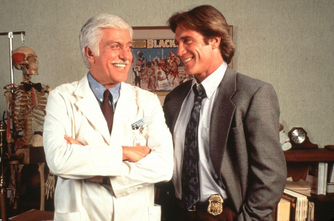 Dr. Sloan (Dick Van Dyke, l.) und sein Sohn Steve (Barry Van Dyke, r.) sind ein fantastisches Team. - Bildquelle: Viacom