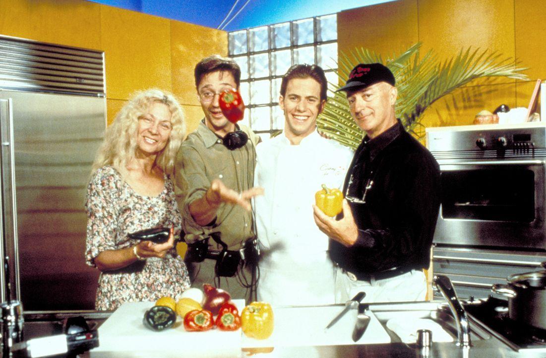 Er hat's geschafft: Sonnyboy Daniel (Christian Oliver, 2.v.r.) ist ein gefeierter Star einer TV-Koch-Show. Schlagartig vergisst er das Versprechen,...