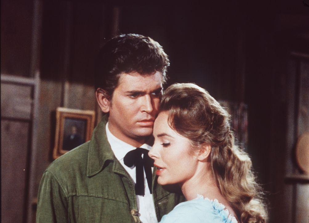 Little Joe (Michael Landon, l.) steckt voll in der Bredouille, denn Hallie (Joan Freeman, r.) ist gar nicht so unglücklich über ihr Witwendasein, we... - Bildquelle: Paramount Pictures