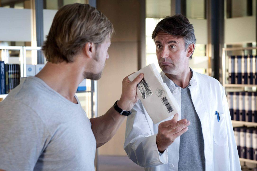 Werden wohl keine Freunde: Mick (Henning Baum, l.) und Meisner (Robert Lohr, r.) ... - Bildquelle: Martin Rottenkolber SAT.1