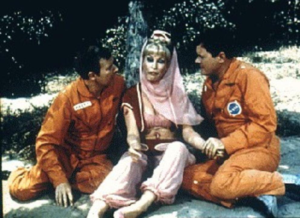 Die Astronauten Tony Nelson (Larry Hagman, r.) und Roger Healey (Bill Daily, l.) sind in einem abgelegenen Gebiet gelandet. Jeannie (Barbara Eden, M...
