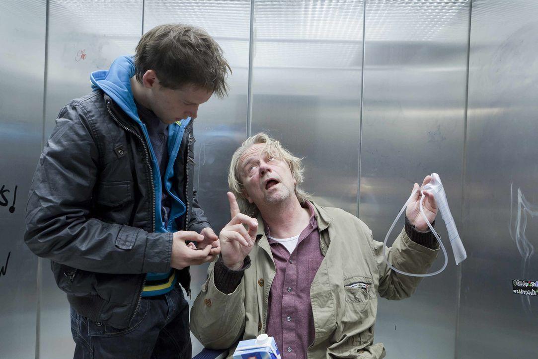 Kurt (Axel Siefer, r.) ist verschwunden. Danni macht sich große Sorgen, ahnt jedoch nicht, dass er mit einem Jugendlichen (Kai Malina, l.) im Aufzug... - Bildquelle: Frank Dicks SAT.1