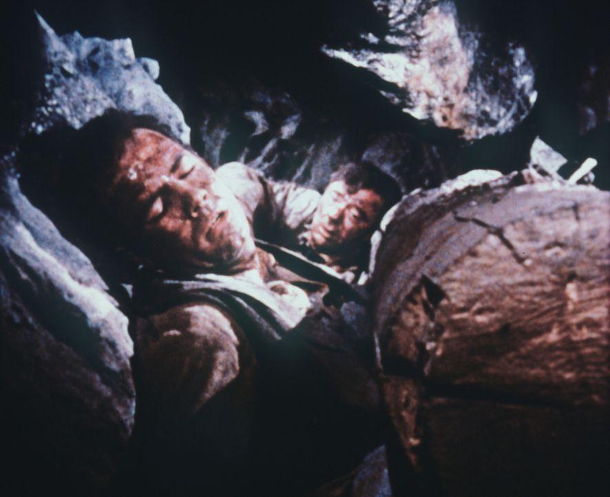 Adam Cartwright (Pernell Roberts, l.) und der Ingenieur Deidesheimer (John Beal) sind in einer Silbermine begraben worden ... - Bildquelle: Paramount Pictures