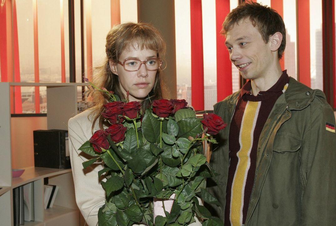 Rote Rosen! Lisa (Alexandra Neldel, l.) gerät durch den von Jürgen (Oliver Bokern, r.) inszenierten Blumengruß in Verlegenheit. (Dieses Foto von Ale... - Bildquelle: Noreen Flynn Sat.1