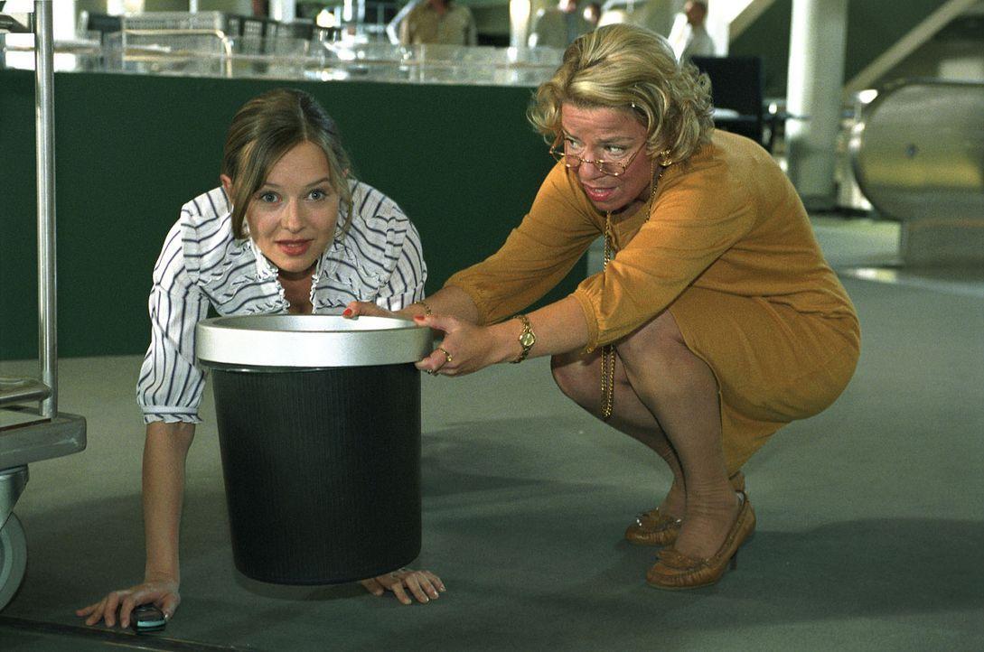 Nina (Stefanie Stappenbeck, l.) versteckt sich vor Dominik und täuscht ihrer Chefin (Karla Trippel, r.) ein schwangerschaftliches Unwohlsein vor. - Bildquelle: Katrin Knoke Sat.1