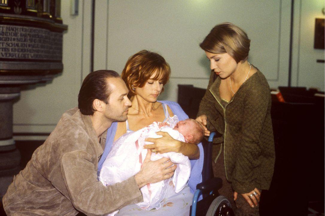 Stephanie (Claudia Schmutzler, r.) ist zu der Taufe der kleinen Julia eingeladen, deren Mutter Charlene Kerner (Christina Plate, M.) unheilbar krank... - Bildquelle: Noreen Flynn Sat.1