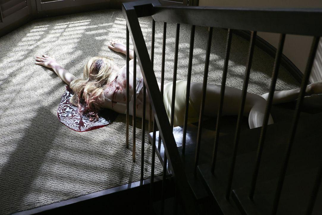 Schreckliches Verbrechen: Die blonde Julie Reitz (Claire Bastable) liegt halbnackt und blutüberströmt im Treppenhaus. Die 29-Jährige wurde zuvor ver... - Bildquelle: Ian Watson Cineflix 2014