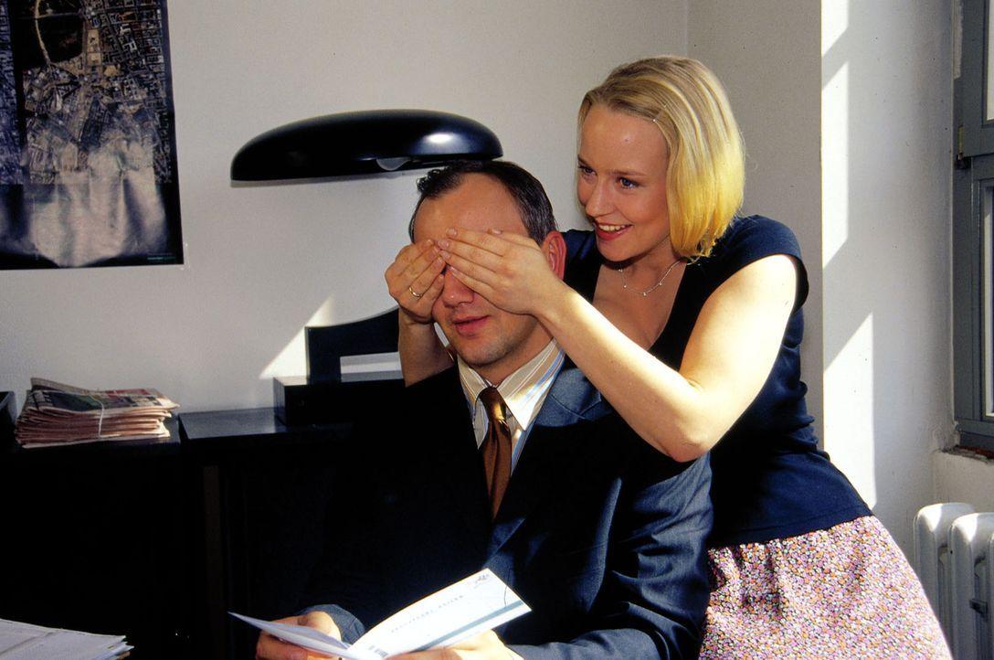 Jule (Floriane Daniel, r.) organisiert zwei Tickets für eine Kreuzfahrt, um die Hochzeitszeremonie mit Max (Heinrich Schmieder, l.) zu wiederholen.... - Bildquelle: Oliver Ziebe Sat.1