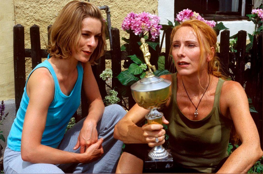 Kate (Lisa Martinek, l.) und Malise (Andrea Sawatzki, r.) sind zusammengezogen und wollen die Vergangenheit hinter sich lassen. - Bildquelle: Kerstin Stelter Sat.1