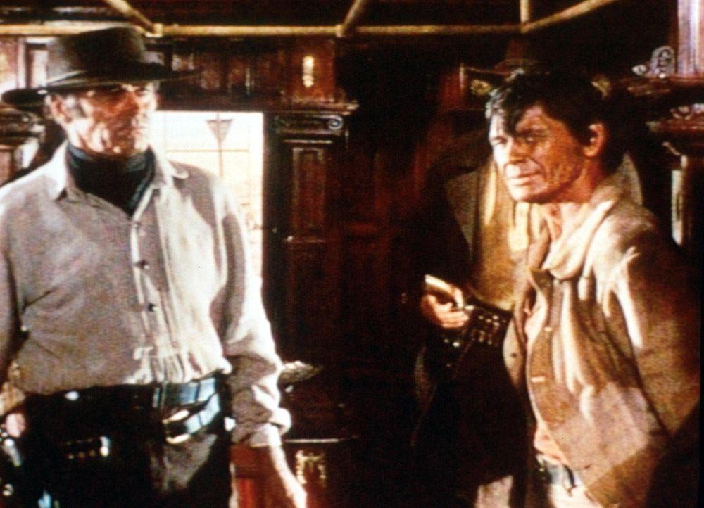 Der Mundharmonikaspieler (Charles Bronson, r.) und Killer Frank (Henry Fonda, l.) haben eine alte Rechnung zu begleichen ... - Bildquelle: TM &   2003 by Paramount Pictures Corporation. All rights reserved