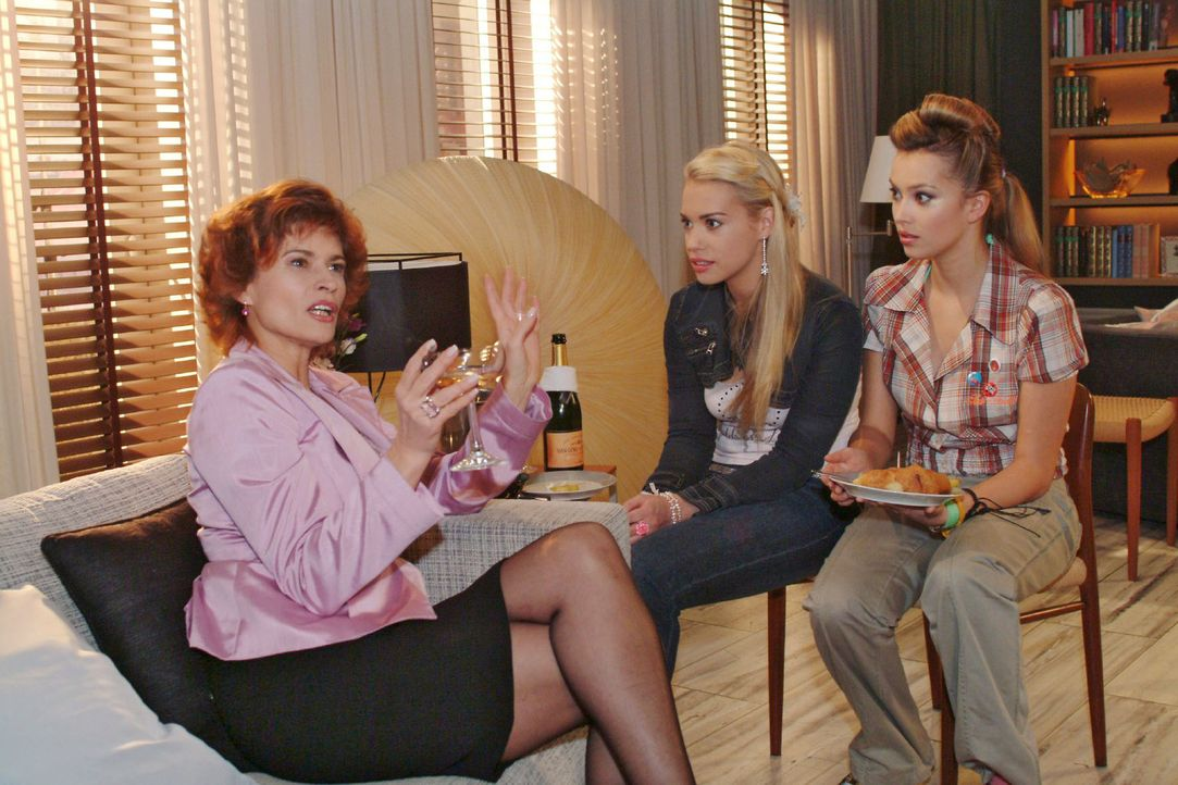 Als Sophie (Gabrielle Scharnitzky, l.) aus früheren Zeiten berichtet, hängen Kim (Lara-Isabelle Rentinck, M.) und Hannah (Laura Osswald, r.) an ihre... - Bildquelle: Monika Schürle Sat.1