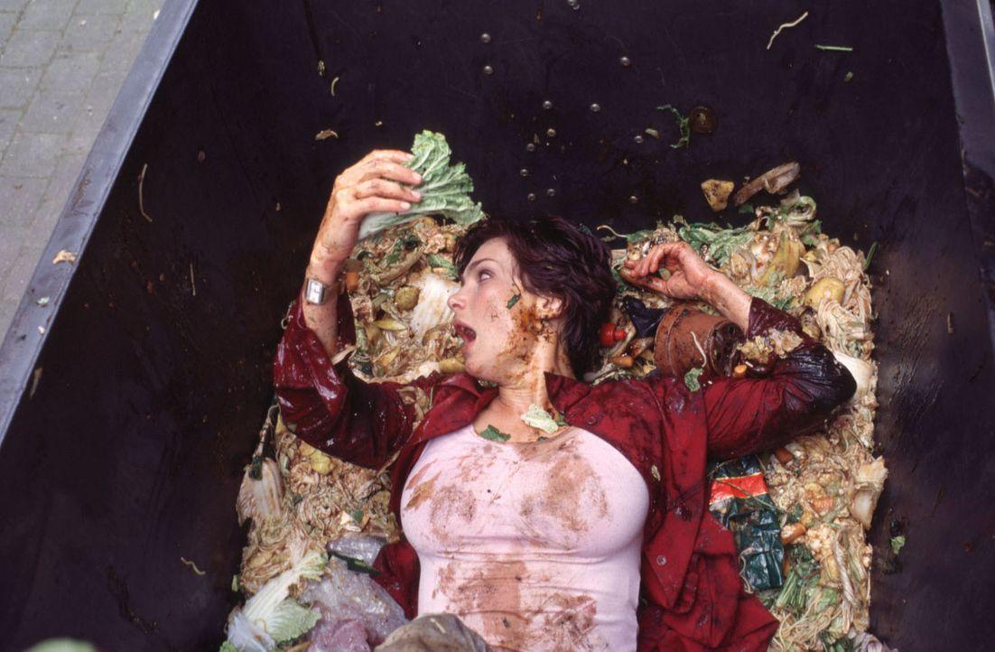 Immer auf der Suche nach den perfekten Partnern für ihre Opfer stolpert Angela (Aglaia Szyszkowitz) auch schon mal in eine Mülltonne ... - Bildquelle: Gordon Mühle